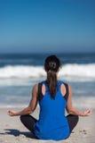 Yoga de plage Image libre de droits