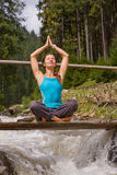 Yoga de pont de fille Photographie stock