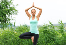 femme tadasana  yoga de pose de montagne par la mer au
