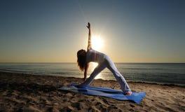 Yoga de pose de triangle (Trikonasana) Photos stock