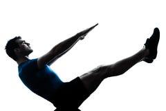 Yoga de position de bateau de forme physique de séance d'entraînement d'homme Photographie stock libre de droits