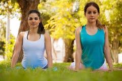 Yoga de pratique à un parc Image libre de droits