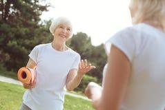 Yoga de pratique âgé avec plaisir de femme Photos libres de droits