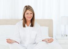 Yoga de pratique aîné sur son bâti Photo libre de droits