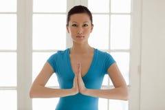 yoga de pratique asiatique de femme Photographie stock