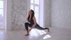 Yoga de pratique Belle adolescente en position de yoga de formation d'habillement de sports dans le club de santé banque de vidéos