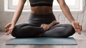 Yoga de pratique de belle femme, se reposant dans la pose de Padmasana, Lotus photographie stock libre de droits
