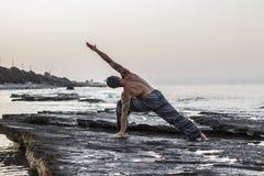 Yoga de pratique d'homme Photos stock