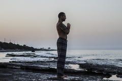 Yoga de pratique d'homme Photographie stock libre de droits