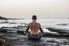 Yoga de pratique d'homme Images stock