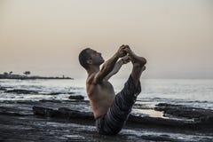Yoga de pratique d'homme Photo stock