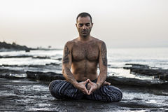 Yoga de pratique d'homme Photos stock