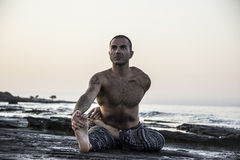 Yoga de pratique d'homme Photos libres de droits