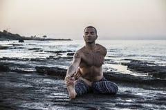 Yoga de pratique d'homme Image stock