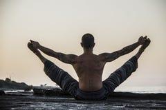 Yoga de pratique d'homme Photographie stock