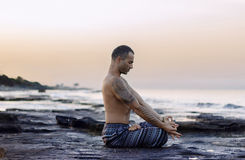 Yoga de pratique d'homme Photo libre de droits
