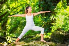 Yoga de pratique de belle femme dehors en nature photos libres de droits