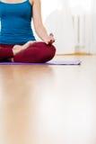 Yoga de pratique de belle femme et se reposer dans l'asana de lotus photos stock