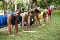 Yoga de pratique de classe de forme physique Images libres de droits