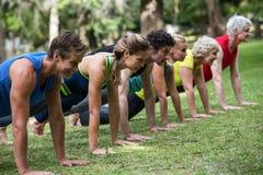 Yoga de pratique de classe de forme physique Photo stock