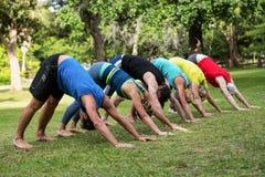Yoga de pratique de classe de forme physique Photos libres de droits