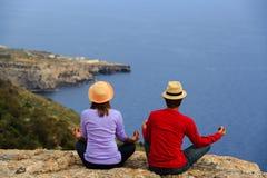 Yoga de pratique de couples en montagnes scéniques d'été Images libres de droits