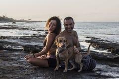 Yoga de pratique de couples heureux sur le lever de soleil Photographie stock