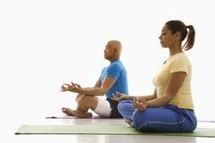 Yoga de pratique de deux personnes. image libre de droits