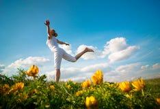 Yoga de pratique de femme photos libres de droits