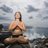 Yoga de pratique de femme Photographie stock libre de droits