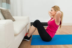 Yoga de pratique de femme Image libre de droits