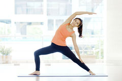 Yoga de pratique de femme asiatique, forme physique étirant la pose de flexibilité Image stock