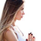 Yoga de pratique de femme D'isolement sur le fond blanc Photographie stock