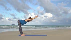 Yoga de pratique de femme sur la plage au coucher du soleil Exercices calme et harmonie banque de vidéos