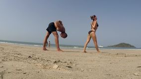 Yoga de pratique de gens banque de vidéos