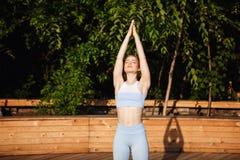 Yoga de pratique de jeune belle fille blonde dehors au lever de soleil Images stock
