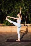 Yoga de pratique de jeune belle fille blonde dehors au lever de soleil Photos stock