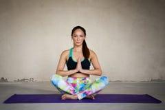 Yoga de pratique de jeune femme à un arrière-plan urbain Photos libres de droits