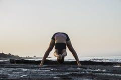 Yoga de pratique de jeune femme Image stock