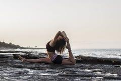 Yoga de pratique de jeune femme Images libres de droits