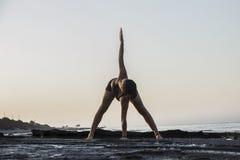 Yoga de pratique de jeune femme Photo libre de droits