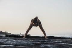 Yoga de pratique de jeune femme Image libre de droits