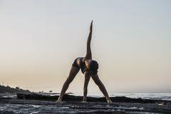 Yoga de pratique de jeune femme Images stock