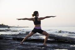 Yoga de pratique de jeune femme Photographie stock libre de droits