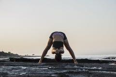 Yoga de pratique de jeune femme Photos libres de droits