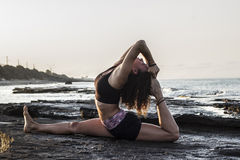 Yoga de pratique de jeune femme Photo stock