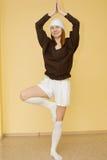 Yoga de pratique de jeune femme rousse Photo libre de droits