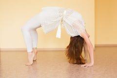 Yoga de pratique de jeune femme rousse Image libre de droits