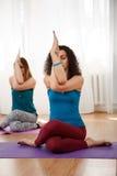 Yoga de pratique de jeune femme sereine sur le tapis dans le gymnase images libres de droits