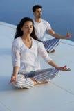 Yoga de pratique de jeunes couples Images stock